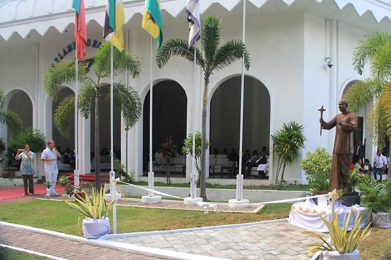CKG--Parliament-of-Timor-Leste-with-Statue-of-Sri-Chinmoy-med.