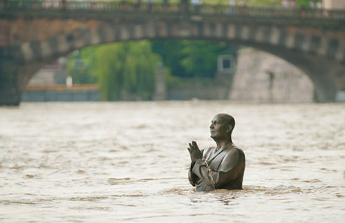 1-Statue-of-Sri-Chinmoy-flooded-in-Prague-2-Apaguha-Vesely